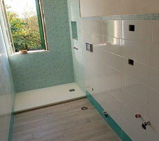 Il bagno verde acqua: piastrelle colorate moderne
