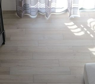 La casa di L&E: gres effetto legno e bagni moderni