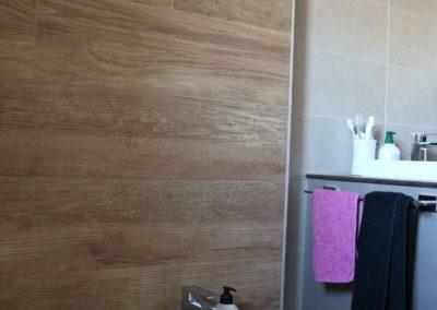 dettaglio-parete-bagno-effetto-legno