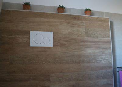 parete-bagno-piastrelle-effetto-legno