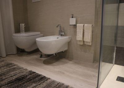 bagno-moderno-pavimento-effetto-legno