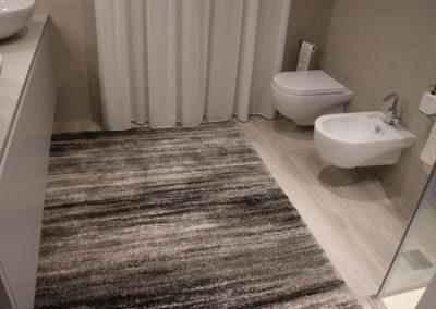 bagno-moderno-piastrelle-effetto-legno-grigio