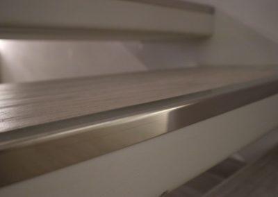 gradino-con-piastrella-effetto-legno