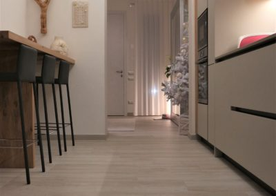 gres-effetto-legno-grigio-cucina
