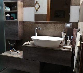 Bagno beige e marrone: gres effetto cemento e mobile bagno sospeso