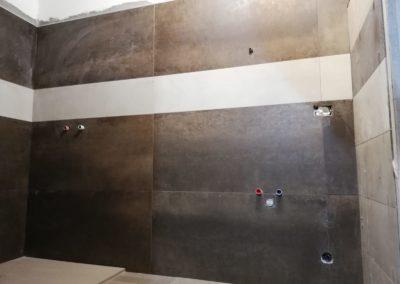 parete-bagno-marrone-fascia-beige