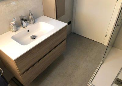 bagno-con-pavimento-effetto-cemento