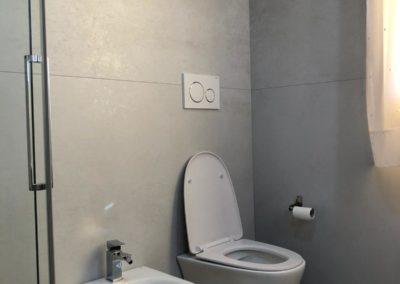 bagno-grigio-piastrelle-effetto-cemento