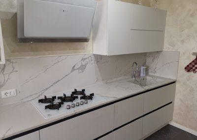 cucina moderna con lastre in gres effetto marmo