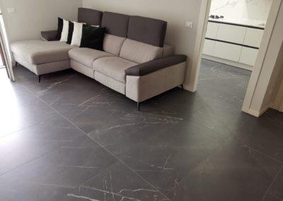pavimento soggiorno con gres effetto marmo grafite