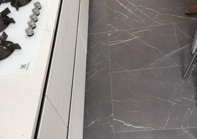 cucina con pavimento e top in gres effetto marmo