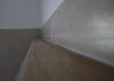 dettaglio rivestimento parete scarichi zona bagno