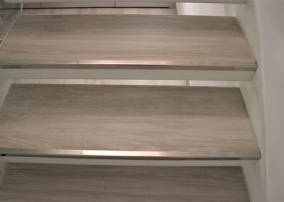 gradino-sospeso-gres-effetto-legno