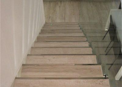 gradini scala interna in gres effetto legno bianco