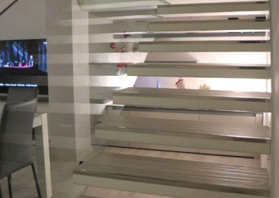 scala sospesa con gradini effetto legno