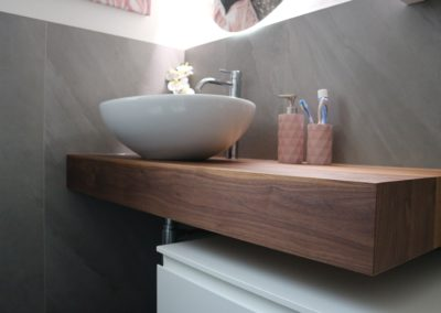 mobile sospeso in bagno moderno grigio