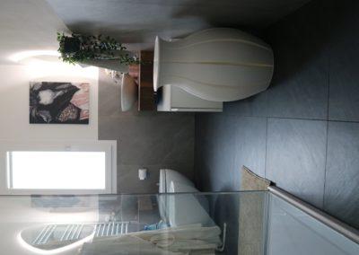 bagno con rivestimento grigio effetto pietra