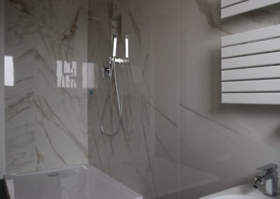 bagno con rivestimento effetto marmo