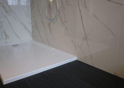 interno doccia con piastrelle effetto marmo