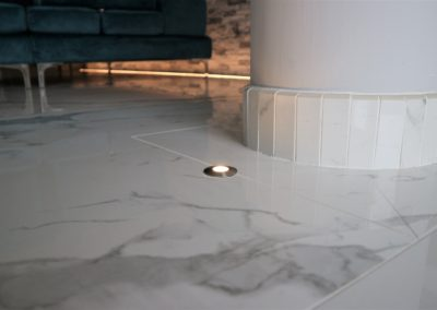 dettaglio faretto pavimento gres effetto marmo