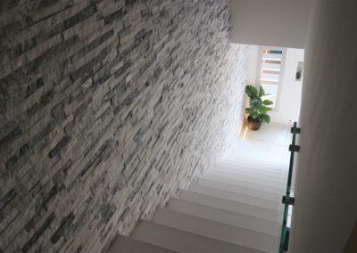 dettaglio parete interna con pietra naturale da rivestimento