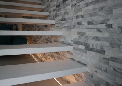 scala sospesa su parete in pietra naturale
