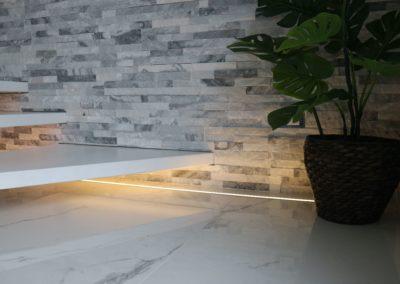 dettaglio parete con pietra naturale bianca e nera