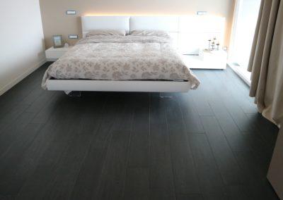 gres effetto legno scuro camera da letto