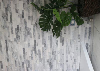 rivestimento parete soggiorno con pietra naturale bianca e nera