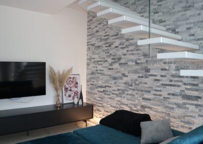 parete soggiorno con pietra naturale