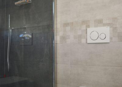 doccia in lavanderia con piastrelle color grigio scuro