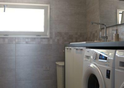 lavanderia spaziosa con gres effetto legno beige