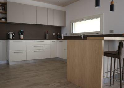 cucina con mobili e pavimento colori caldi