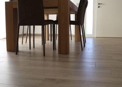 zona giorno con gres effetto legno beige