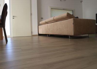 soggiorno e zona pranzo con gres effetto legno miele