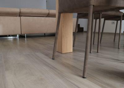 pavimento soggiorno in gres effetto legno color miele