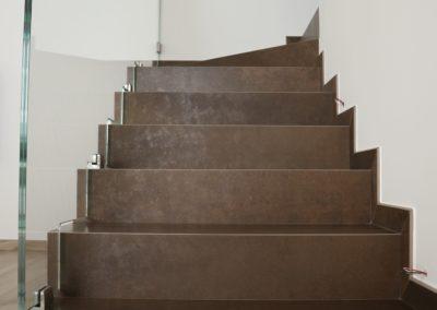 scala con piastrelle in gres color rame