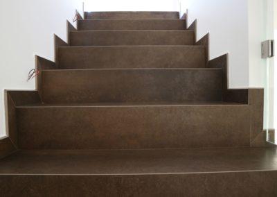 gradini scala interna realizzati con piastrelle effetto corten