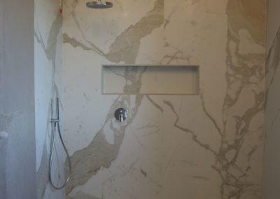rivestimento doccia con lastre in gres effetto marmo opaco