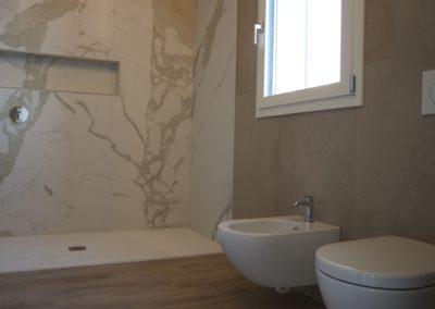 bagno moderno con toni caldi dei beige