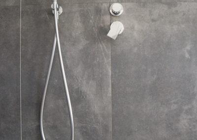 interno doccia con piastrelle effetto cemento color grigio scuro