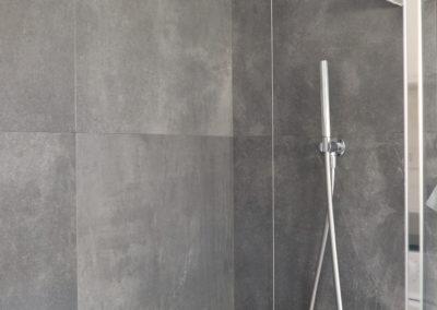 gres effetto cemento color grigio scuro posate nell'interno doccia